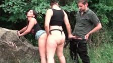 Dos chicas lesbianas follando con un desconocido en la calle